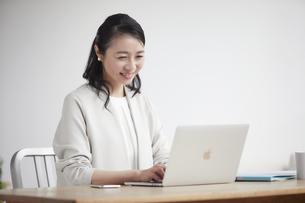ノートパソコンを開き仕事をする女性の写真素材 [FYI04851871]