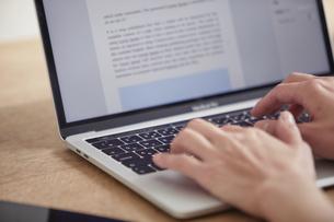 ノートパソコンを開き仕事をする女性の手元の写真素材 [FYI04851889]