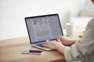 ノートパソコンを開き仕事をする女性の手元の写真素材 [FYI04851901]