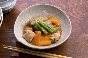 ずいきと鶏肉の炊いたんの写真素材 [FYI04851903]
