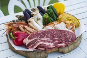 野菜や肉などが並べられたBBQ食材の写真素材 [FYI04852029]