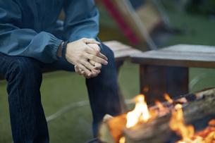 焚き火を楽しむ男性の写真素材 [FYI04852058]