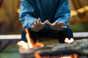 焚き火を楽しむ男性の写真素材 [FYI04852061]