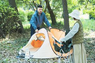キャンプのためにテントを準備する男女の写真素材 [FYI04852070]