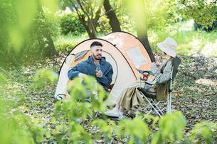 キャンプを楽しむ男女の写真素材 [FYI04852363]