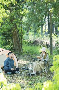 キャンプを楽しむ男女の写真素材 [FYI04852387]