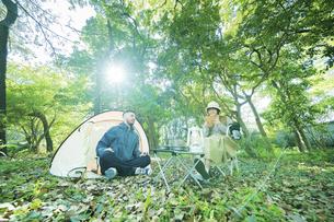 キャンプを楽しむ男女の写真素材 [FYI04852478]