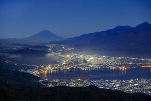 長野県 高ボッチ高原より諏訪湖と富士山を望むの写真素材 [FYI04852521]