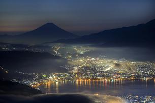 長野県 高ボッチ高原より諏訪湖と富士山を望むの写真素材 [FYI04852537]