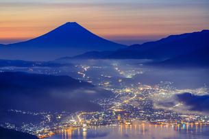 長野県 高ボッチ高原より諏訪湖と富士山を望むの写真素材 [FYI04852542]
