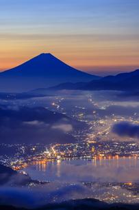 長野県 高ボッチ高原より諏訪湖と富士山を望むの写真素材 [FYI04852543]