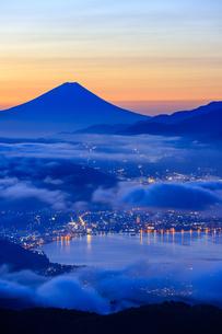 長野県 高ボッチ高原より諏訪湖と富士山を望むの写真素材 [FYI04852550]