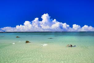 沖縄の美しいサンゴ礁の海と雲の写真素材 [FYI04852600]