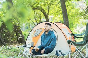 ソロキャンプをする男性の写真素材 [FYI04852612]