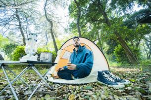 ソロキャンプをする男性の写真素材 [FYI04852617]
