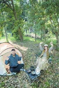 キャンプで記念写真を撮る男女の写真素材 [FYI04852623]