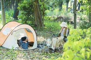 キャンプを楽しむ男女の写真素材 [FYI04852629]