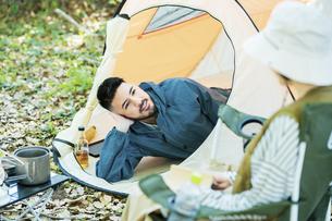 キャンプを楽しむ男女の写真素材 [FYI04852634]
