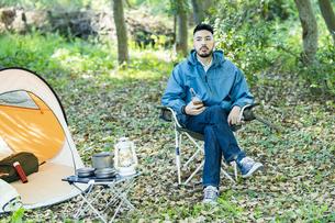 ソロキャンプをする男性の写真素材 [FYI04852656]