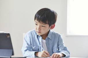 タブレット端末で勉強する男の子の写真素材 [FYI04852664]