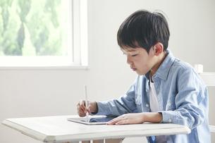 タブレット端末で勉強する男の子の写真素材 [FYI04852671]