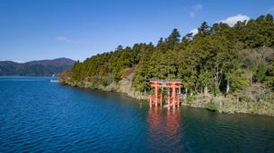 芦ノ湖に浮かぶ平和の鳥居の写真素材 [FYI04853079]