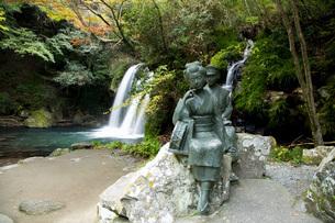 初景滝と伊豆の踊子像の写真素材 [FYI04853128]