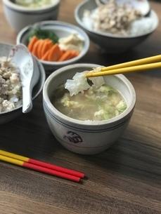 白木耳と卵と芹菜のスープの写真素材 [FYI04853228]