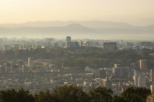 朝の熊本市街地 熊本城の写真素材 [FYI04853309]
