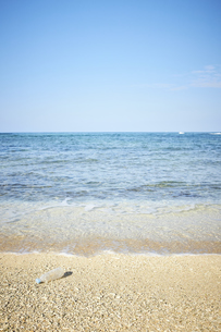 砂浜のペットボトル03の写真素材 [FYI04853338]
