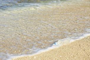 砂浜のペットボトル07の写真素材 [FYI04853340]