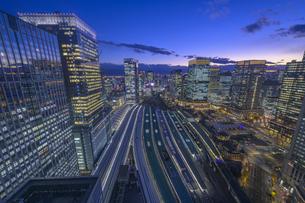 東京駅俯瞰マジックアワーの写真素材 [FYI04853365]