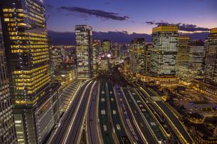 東京駅俯瞰マジックアワーの写真素材 [FYI04853366]