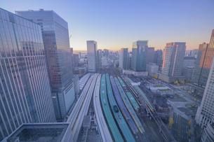 東京駅俯瞰夜明けの写真素材 [FYI04853367]