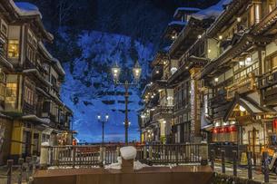 銀山温泉の雪景色ライトアップの写真素材 [FYI04853412]