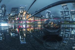 東京駅ライトアップ雨の写真素材 [FYI04853610]