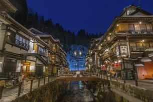 銀山温泉の雪景色ライトアップの写真素材 [FYI04853619]