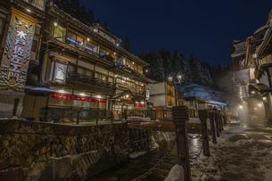 銀山温泉の雪景色ライトアップの写真素材 [FYI04853620]