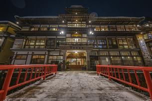 銀山温泉の雪景色ライトアップの写真素材 [FYI04853622]