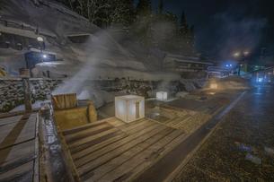 銀山温泉の雪景色ライトアップの写真素材 [FYI04853624]