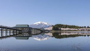 鶴の舞橋と岩木山水鏡右の写真素材 [FYI04853638]