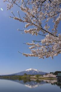 鶴の舞橋と岩木山水鏡縦位置の写真素材 [FYI04853645]