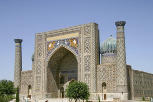 ウズベキスタンの古都サマルカンドのレギスタン広場に建つシェル・ドル・マドラサの写真素材 [FYI04853883]
