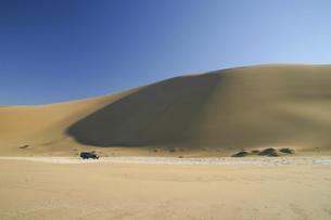 ナミブ砂漠の砂丘とオフロード車の写真素材 [FYI04853884]