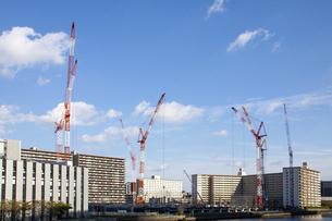 東京・豊洲の建設現場とクレーンの写真素材 [FYI04853887]