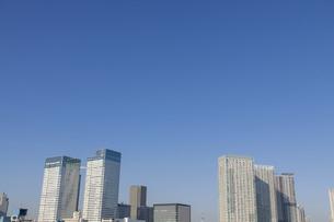 青空に伸びる東京の高層ビル群の写真素材 [FYI04853892]