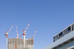 建設工事中の高層ビルと高架鉄道の写真素材 [FYI04853894]