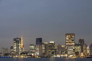 夕暮れ時の美しい東京都心の夜景の写真素材 [FYI04853895]