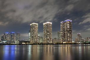 東京・晴海のタワーマンション群の夜景の写真素材 [FYI04853896]