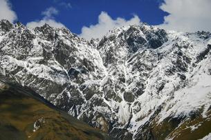 黒海とカスピ海の間に連なる大コーカサス山脈の景色の写真素材 [FYI04853898]